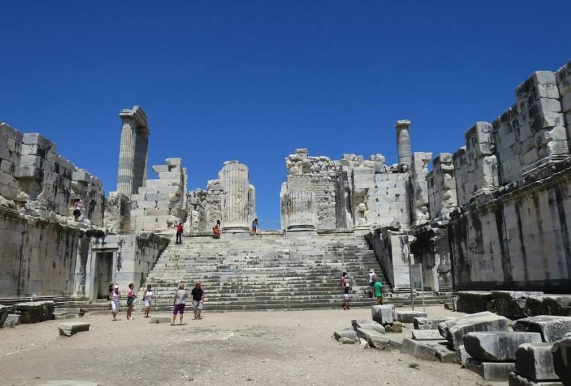 Bagian dalam Kuil Apollo Didyma yang megah dan luas
