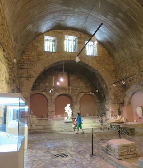 Gedung ini tadinya merupakan pemandian Romawi Kuno yang dialihfungsikan menjadi museum, Side, Turki.