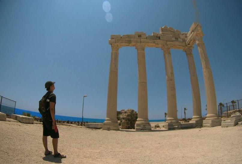 Kuil Apollo di Side yang terletak di pinggir laut.