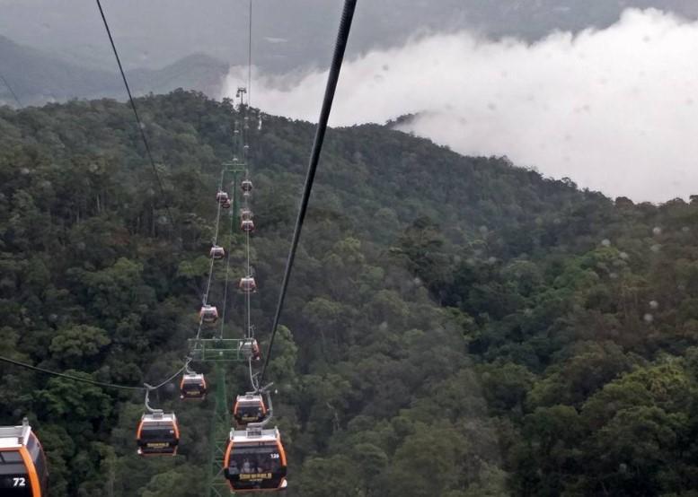 Ba Na Hills. Cable car hampir mencapai puncak tertinggi, kita udah sejajar sama awan. Satu cabin bisa di isi 8-12 orang. Teknologi nya dari Austria, sedangkan equipment nya dari Jerman dan Swiss