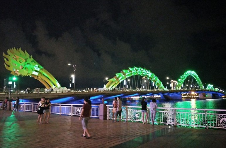 Dragon Bridge di Kota Da Nang. Cakep banget buat nongki2 malem di pinggir sungai