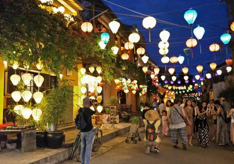 Hoi An Lantern City. Gak ada lampu penerangan jalan kecuali lampion yang menghiasi seluruh kota tua ini.