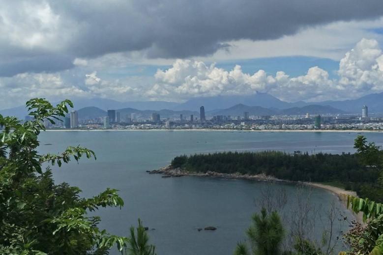Pemandangan kece kota Da Nang dari Son Tra Peninsula. Kota tepi pantai yang dikelilingi pegunungan.
