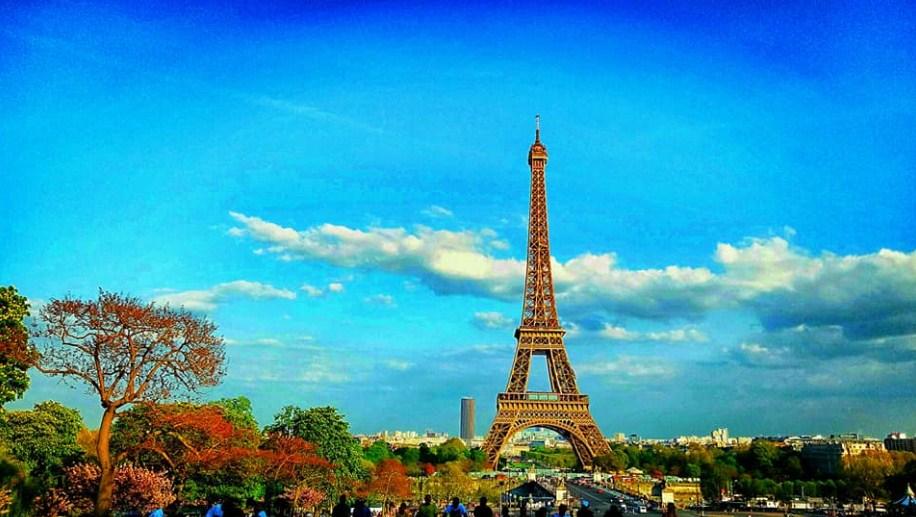 Foto ini diambil disebrang Eiffel tower jam 8.00 malem sesaat sebelum lampu dinyalain. Nyebrang lewat jembatan lumayan jauh memang, tp spot foto dpt bagus. Plus bisa nonton pertunjukan dance lucu2 ditempat ini, sambil nunggu lampu dinyalain.