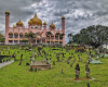 masjid bandaraya kuching,, depannya banyak makam. masuk gratis, karna tempat ibadah, asal sopan